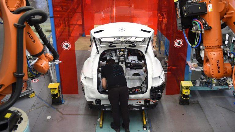 Daimler steigt in Batterie-Allianz von Stellantis und Totalenergies ein